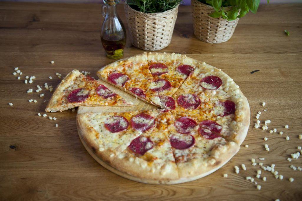 Co wybrać - pizza domowa, mrożona czy z pizzerii?